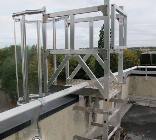 Planta de desembarco de escalera industrial con barandilla y pasamano